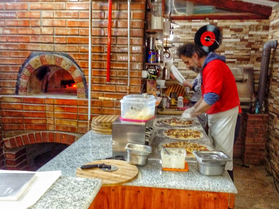 Pizza pe vatra la Pisti - iarna la Anina